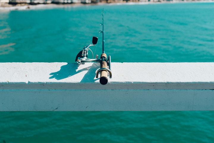 Fiskestang på rekkverk.